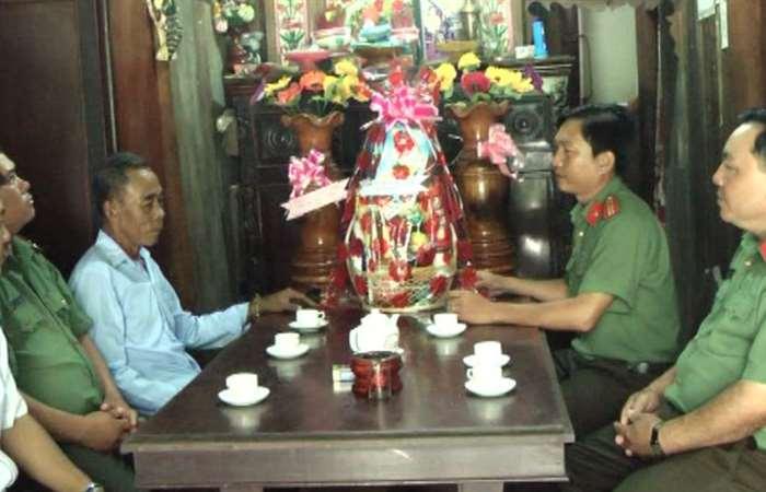 Công an thị xã Ngã Năm tặng quà Tết Chôl Chnăm Thmây